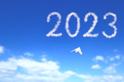 2023へ向かう紙飛行機