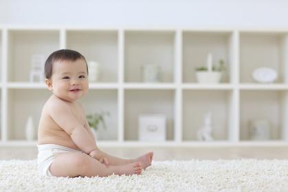 リビングに座っている笑顔のハーフの赤ちゃん