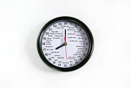 文字盤に英語の時間割が書いてある24時間時計
