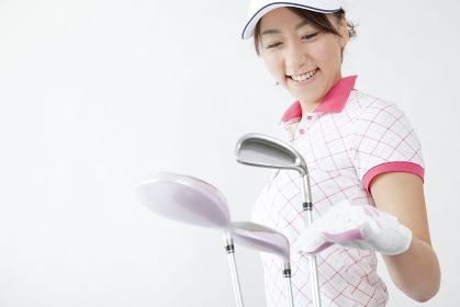 ゴルフクラブを出す女性