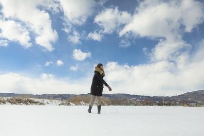 雪を投げる日本人女性