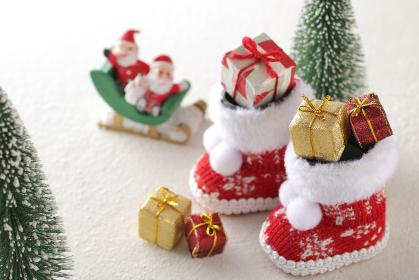 クリスマスブーツにいっぱいに積んだクリスマスプレゼント