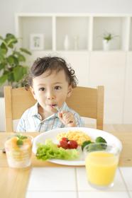 朝食を食べるハーフの子供