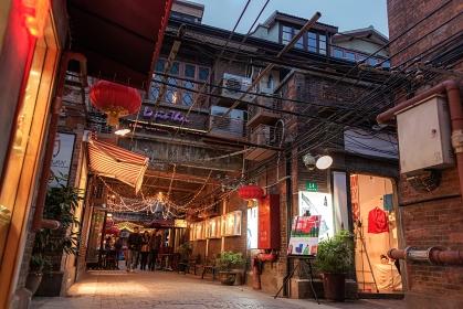 中華人民共和国・上海市 夜の商店街の風景