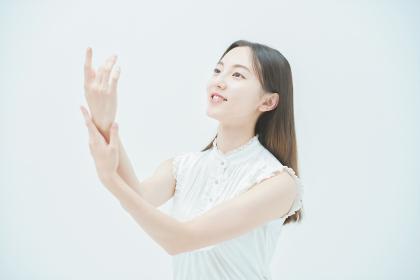 腕の肌の状態を確かめる若い女性