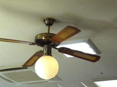 天井扇風機の付いた照明器具