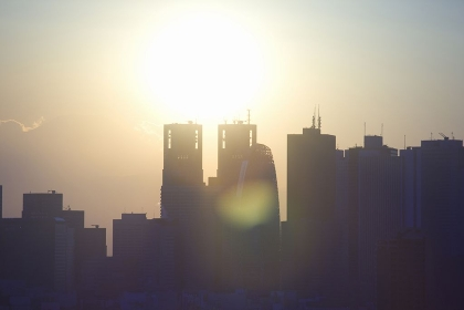 新宿高層ビル群と太陽