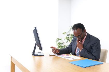 オフィスで働くビジネスパーソン