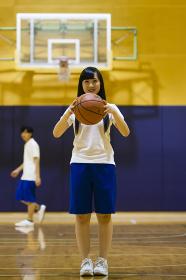 バスケットボールを持つ女の子