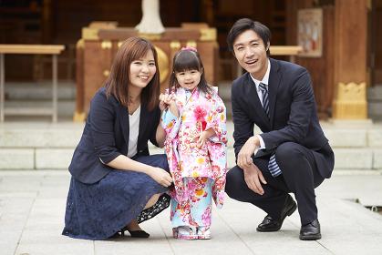 笑顔の七五三の日本人家族