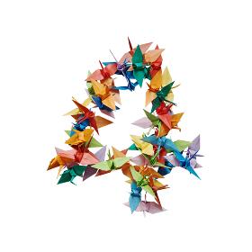 白バックに折り紙の鶴で作った数字の4
