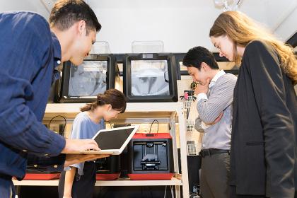 3Dプリンターで制作をする人々