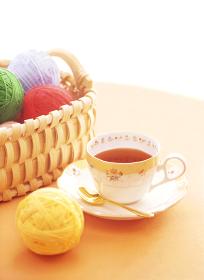 籠の毛糸玉とティーカップ