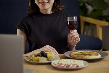 家で一人でお酒を楽しむ若い日本人女性