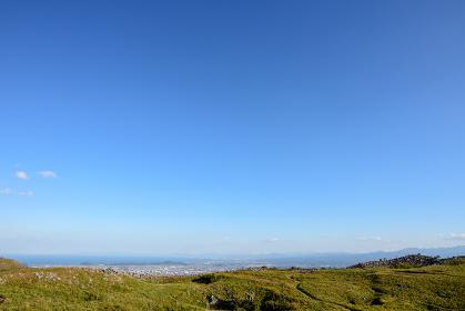 秋の爽やかな青空と草原の平尾台(福岡県)