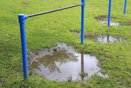 雨上がりの公園の鉄棒