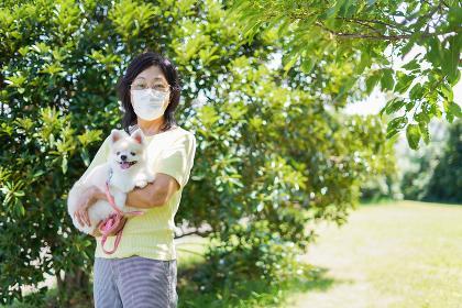 マスクをつけて散歩をするおばあさん
