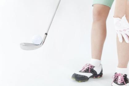 ゴルフボールをアイアンに乗せる女性
