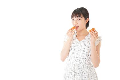 パンを食べる若い女性