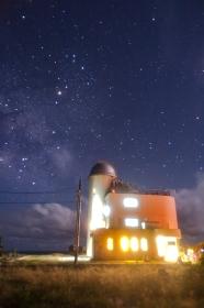 沖縄県・波照間島 さそり座と夏の星空観測タワーの風景