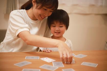 トランプで遊ぶ親子
