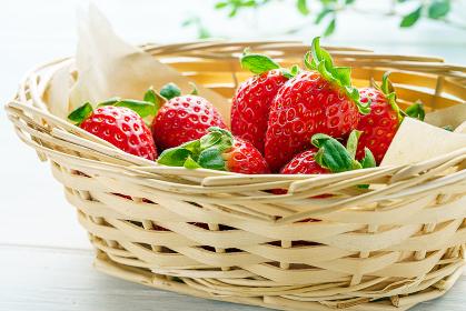 籠に盛られた新鮮なイチゴ