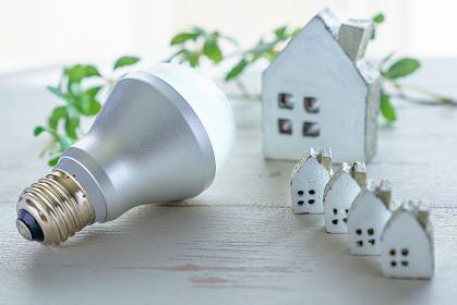 LED電球とミニチュアの家