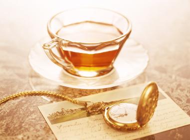 懐中時計と葉書と紅茶