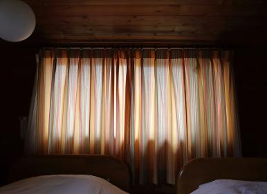 ログハウスの寝室で迎えた朝