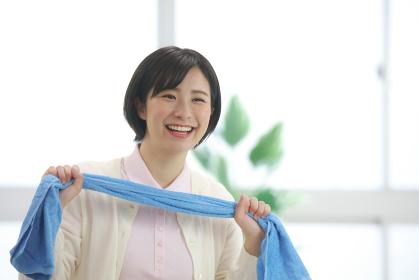 タオル体操をする介護士 イメージ