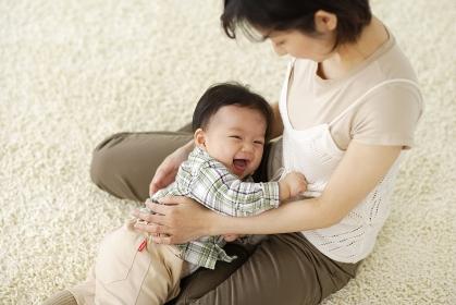 お母さんに甘える赤ちゃん