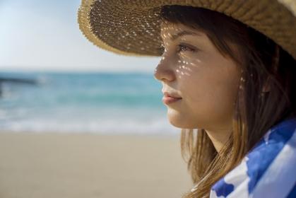麦わら帽子をかぶった日本人女性の横顔