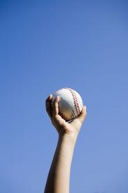 野球ボールを持つ子供の手