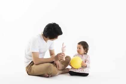 おもちゃで遊ぶ子供と父親