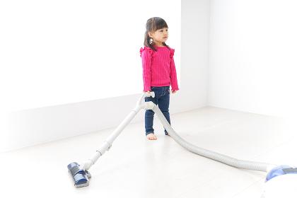 掃除機をかける子ども