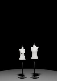 暗闇の中の白い男女のトルソーマネキン 3DCG