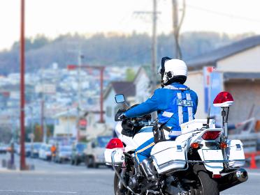 白バイと街並み 交通違反の取締り1421
