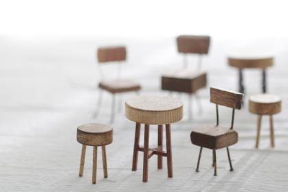 DIYで作った小さなミニチュア家具のイメージ