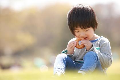 ドーナツを食べる男の子