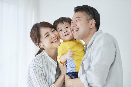 寄り添う日本人三人家族