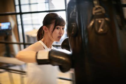 キックボクシングトレーニングをするアジア人女性