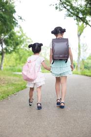 一緒に歩く姉妹