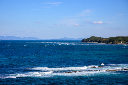 冬の岩屋海岸に広がる青空と波しぶき (福岡県)