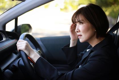 運転中に頭痛を感じる女性