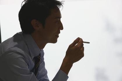 喫煙する日本人ビジネスマンの横顔