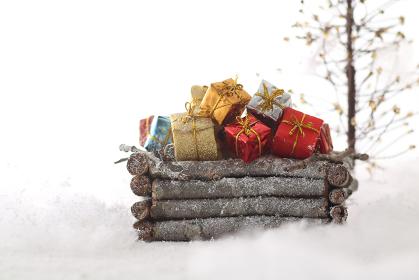 箱の中に積み上げた小さな箱のクリスマスプレゼント