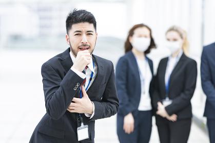 マスクなしで咳き込むビジネスマン