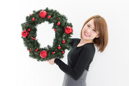 クリスマスリースと女性