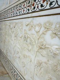 インド・アーグラの墓廟タージマハル壁面にて大理石彫刻のクローズアップ