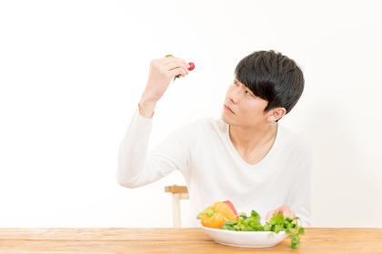 野菜を眺める若い男性